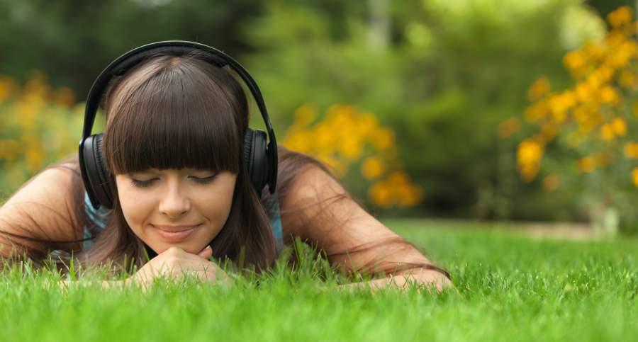 listening-to-binaural-beats-with-good-headphones